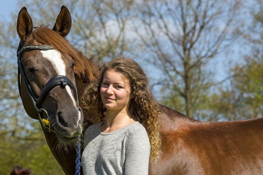Di sela- sela kesibukannya, Alexandra hobi menunggang kuda