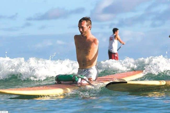 Nick saat bermain surfing, meski fisiknya tidak mendukung